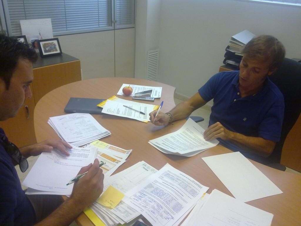 El presidente y el secretario firmando los numerosos documentos necesarios antes de proceder al alta de los mismos.
