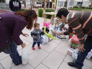 Los niños reciben un regalito a cambio.
