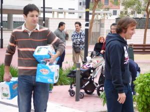 Jose, nuestro tesorero, ayudando a los que no podian con tanta donación..