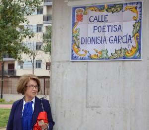 Dionisia descubriendo la placa conmemorativa