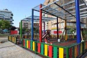 La pérgola para proteger del sol la zona de juegos infantiles de la Plaza de Castilla ya está en su fase final . © JUAN CABALLERO. LA OPINIÓN DE MURCIA.