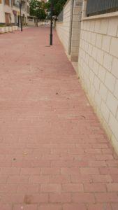 Acera reparada en entrada por paseo peatonal a manzana F3