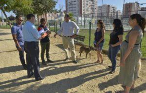 El concejal José Guillén habla con vecinos y presidente de la Asociación de Vecinos sobre posibles mejoras para el pipican. Foto: © La Opinión