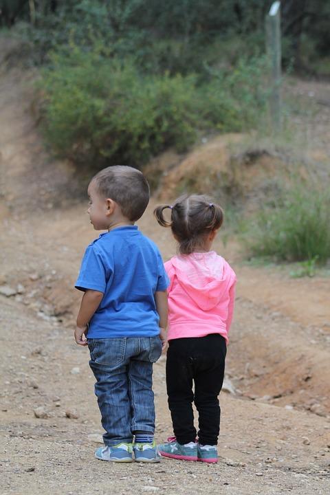 Niños de espaldas