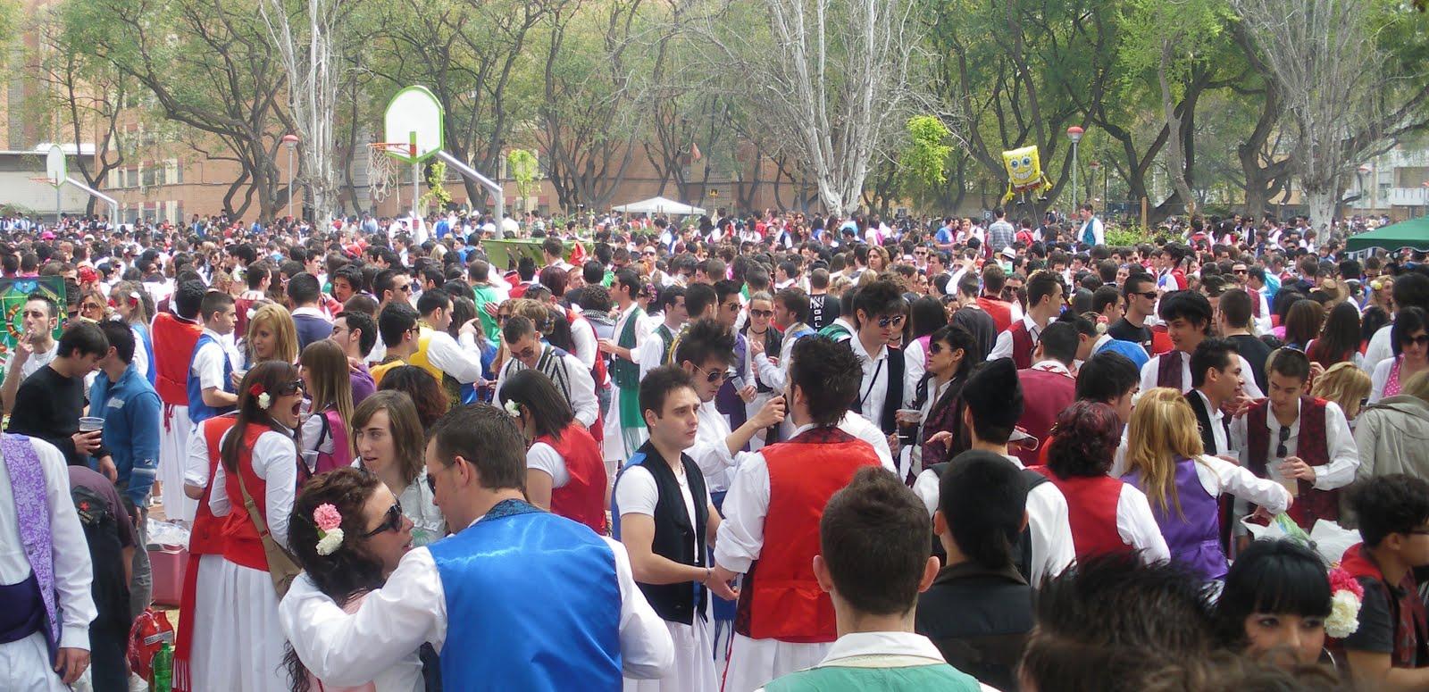 Gente joven en los jardines de Murcia con motivo del Bando de la Huerta