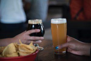 Mesa-patatas-refresco-cerveza