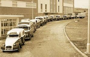 Camiones Antiguos en la puerta de la fábrica de Estrella Levante en Murcia