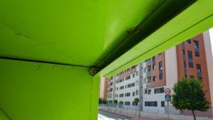2020-07-22 Panel de avispas en interior contenedores cruce calle Poeta Eloy Sánchez Rosillo con Calle Doctor de la Peña en Joven Futura, Espinardo