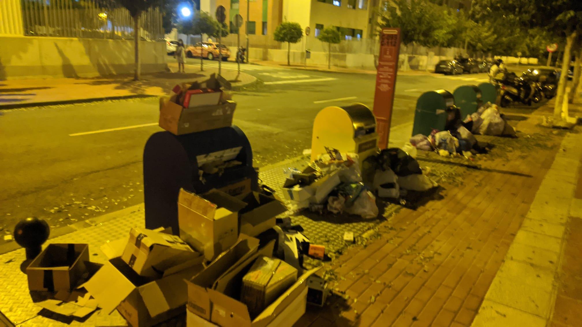 2020-09-21 Contenedor soterrado en Avenida Joven Futura con basura fuera del mismo