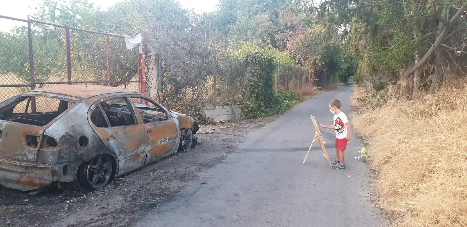 2020-09-01 Niño dibujando coche quemado junto a Joven Futura