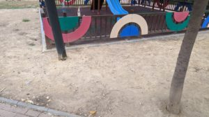 2020-09-24 Tubería oculta bajo albero junto zona infantil en calle actriz Margarita Lozano en Joven Futura