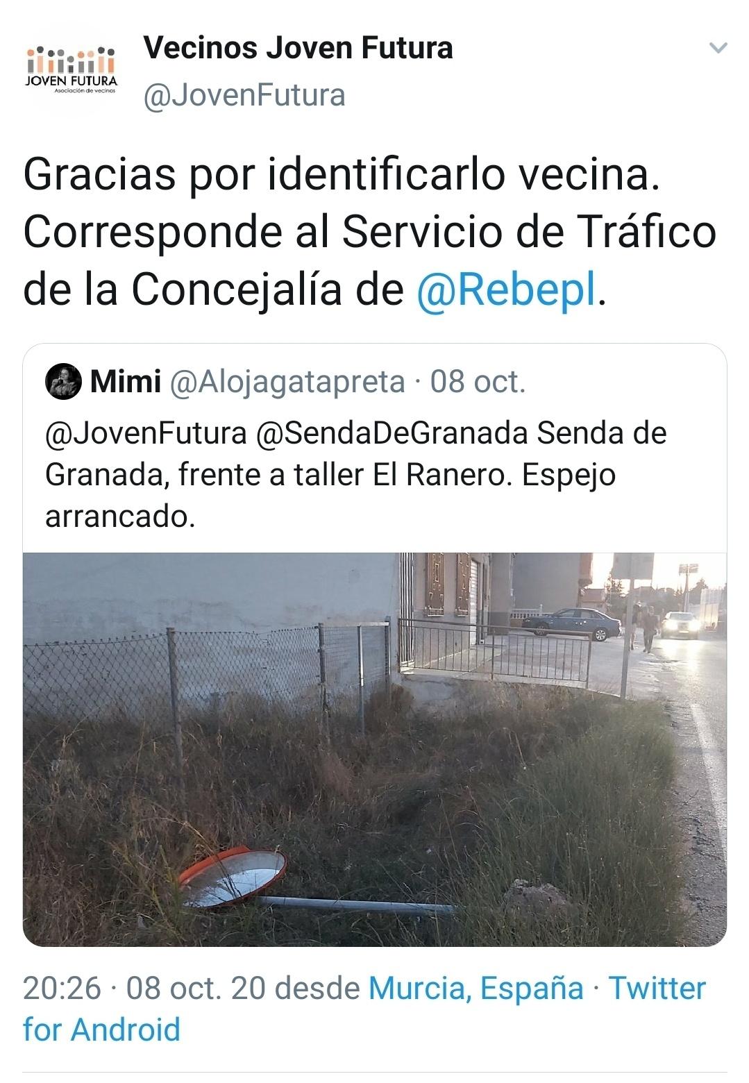 18-10-08 Captura twitter mimi y Joven futura sobre señal tráfico en Senda de Granada