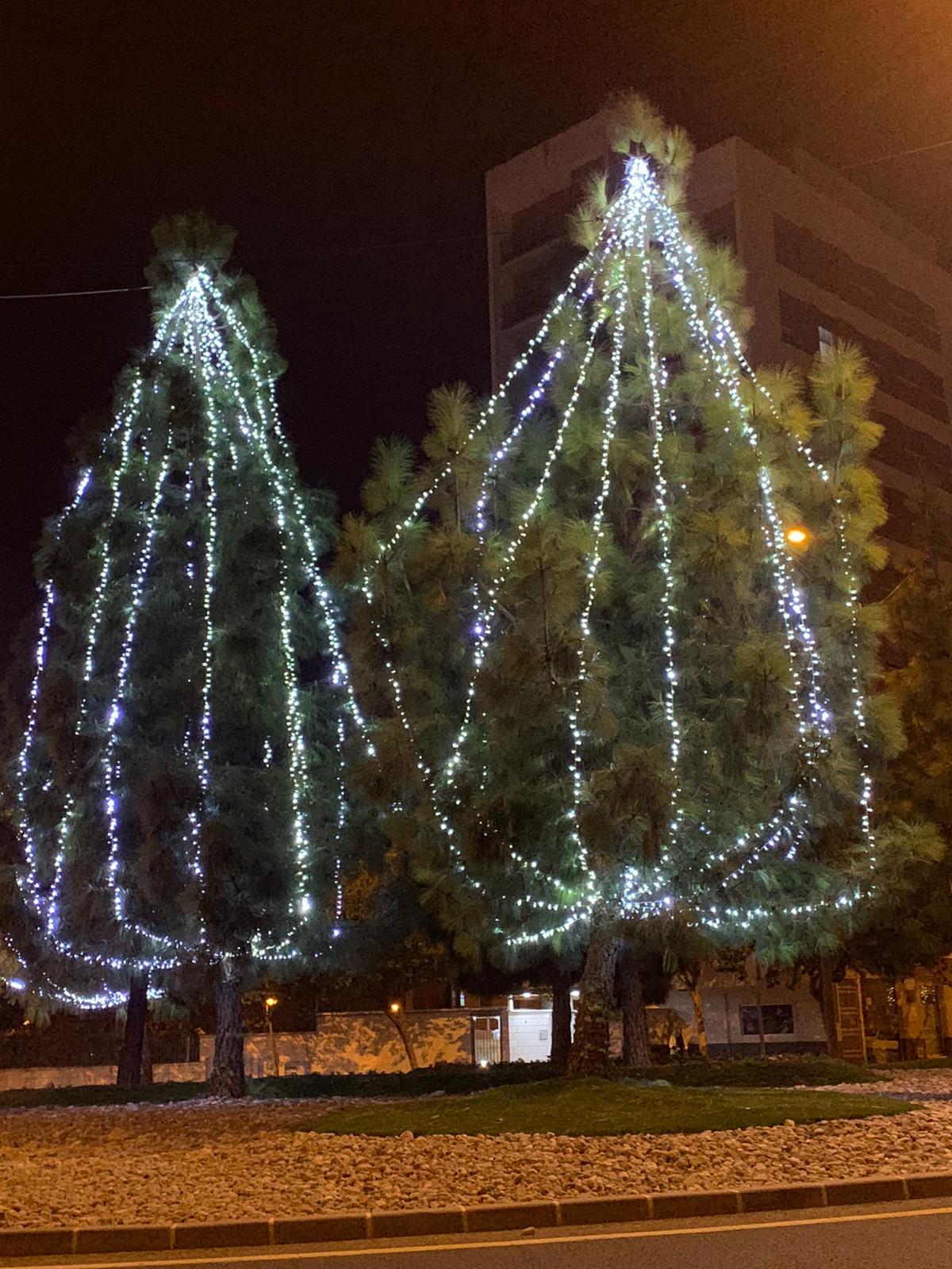 2020-12-17 Luces navideñas rotonda entrada a Joven Futura