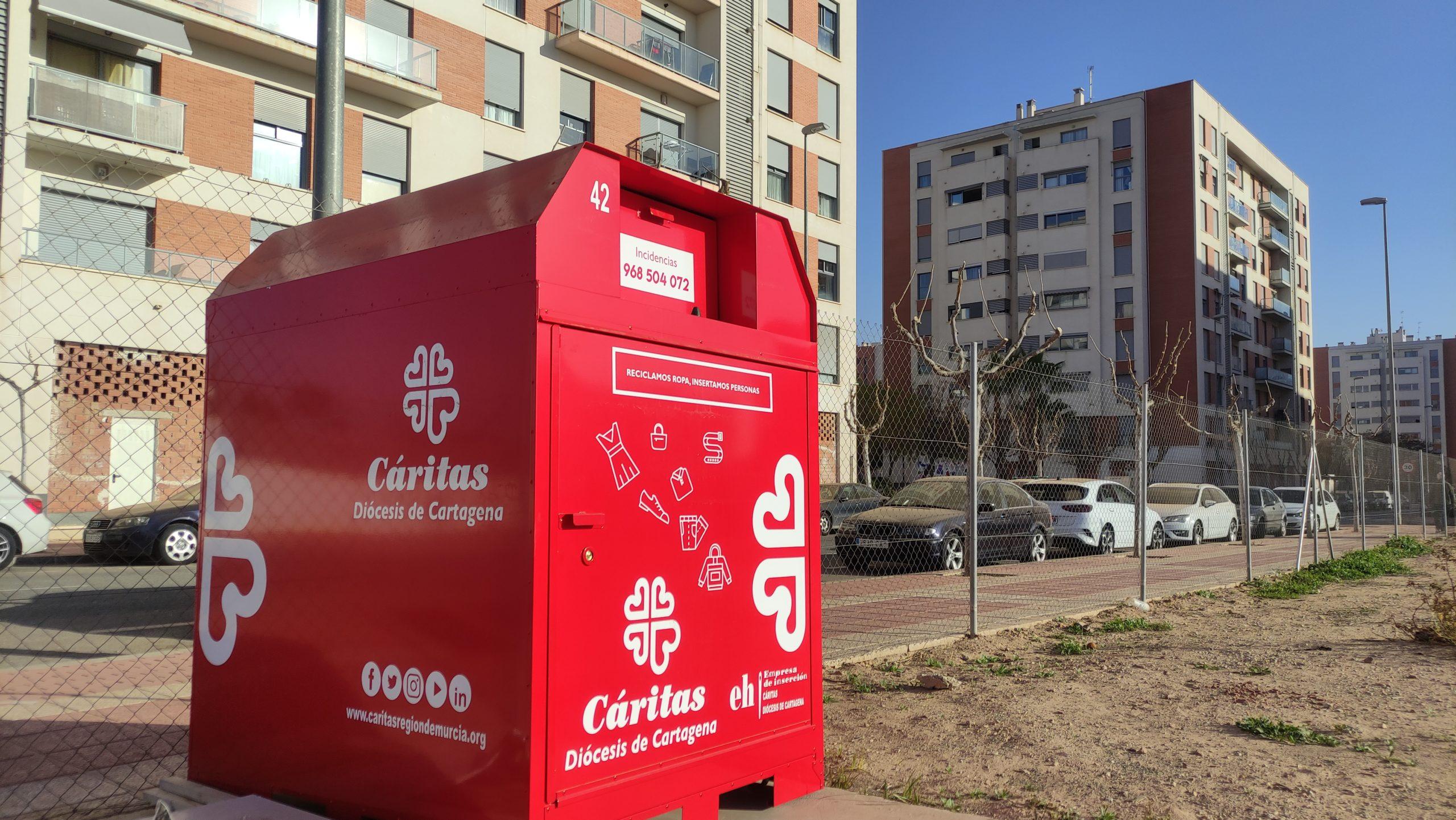 2021-02-06 Contenedor rojo Cáritas Diocesana Cartagena en el Centro Deportivo Sport Joven Futura