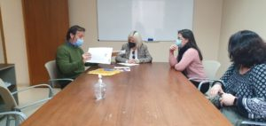 21-04-22 Reunión de Ainhoa Sánchez con los vecinos de Joven Futura. De izquierda a derecha, Chencho (presidente de la Asociación), Ainhoa, (Concejala), M. Ángeles, (Secretaria de la Asociación) y Marlene (Vecina).