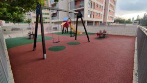 2021-07-08 Sustitución de pavimento en el parque infantil de la plaza Open Futura en Joven Futura
